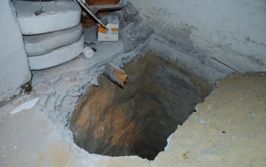 Рис. 1. Разведочный шурф в подвале здания для обследования состояния фундамента.